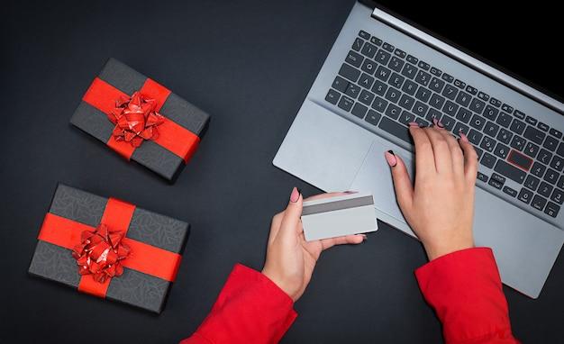 Kobieta, która robi zakupy online wyprzedaż z widokiem z góry