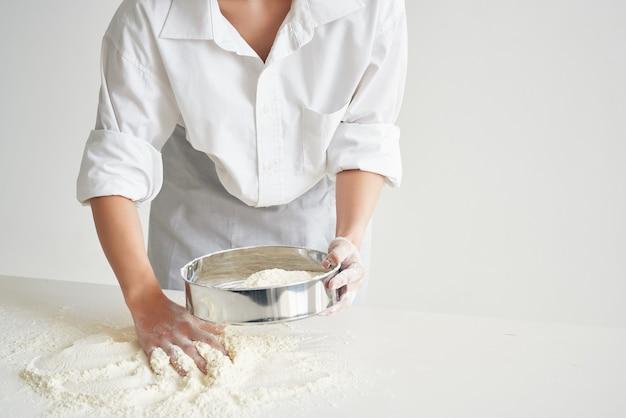 Kobieta kucharz piekarz gotuje profesjonalne pieczenie