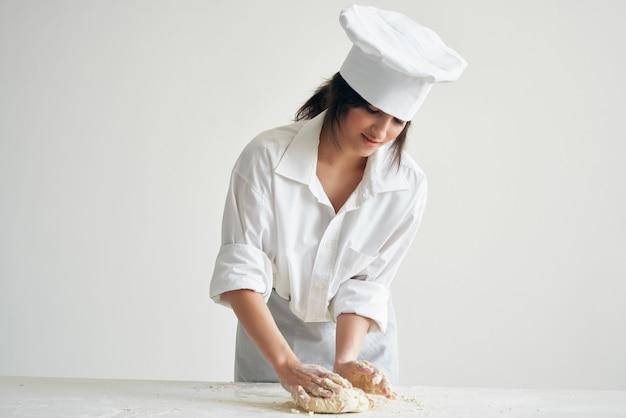 Kobieta kucharz rozprowadza ciasto piekarnicze gotowanie ciasta