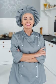 Kobieta kucharz w kuchni