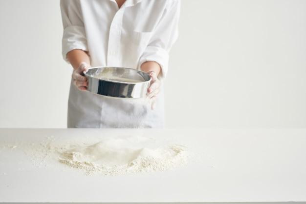 Kobieta kucharz wyrabiania ciasta gotowanie produktów mącznych profesjonalnych. zdjęcie wysokiej jakości