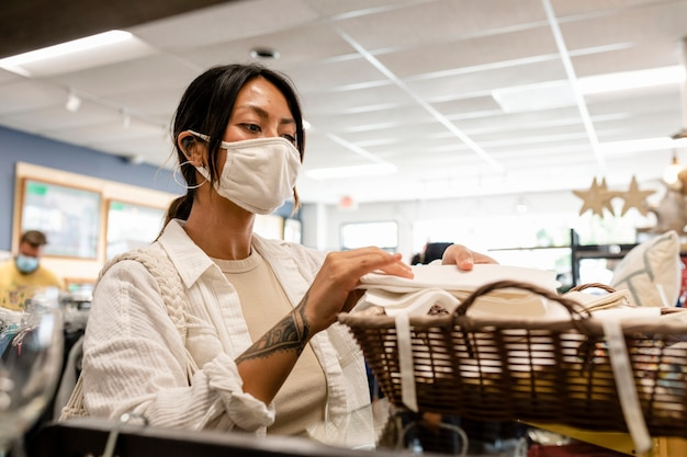 Kobieta kupująca serwetki, sklep ze zrównoważoną modą