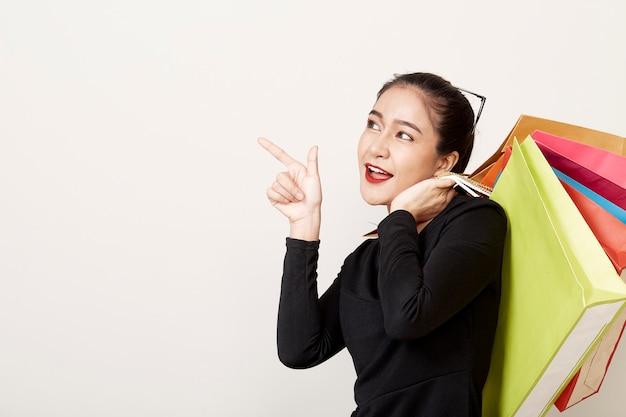 Kobieta kupujący z torbą na zakupy
