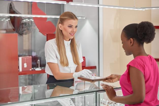 Kobieta kupuje biżuterię w sklepie