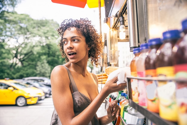 Kobieta kupuje hot doga w nowym jorku