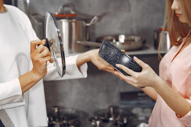 Kobieta kupuje naczynia w sklepie