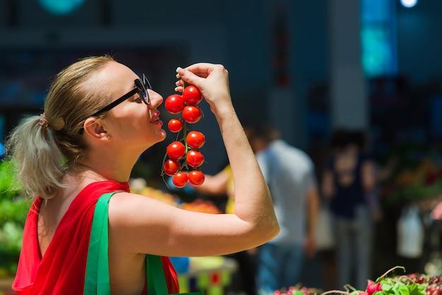 Kobieta kupuje pomidory