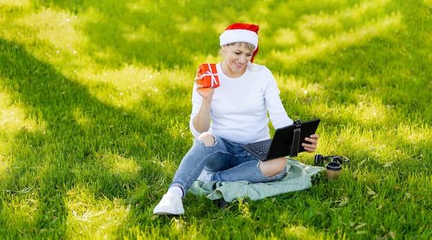 Kobieta kupuje prezenty, przygotowuje pudełka na prezenty. wyprzedaż ferii zimowych