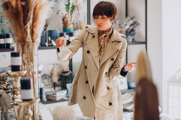 Kobieta kupuje rzeczy w sklepie z dekoracjami