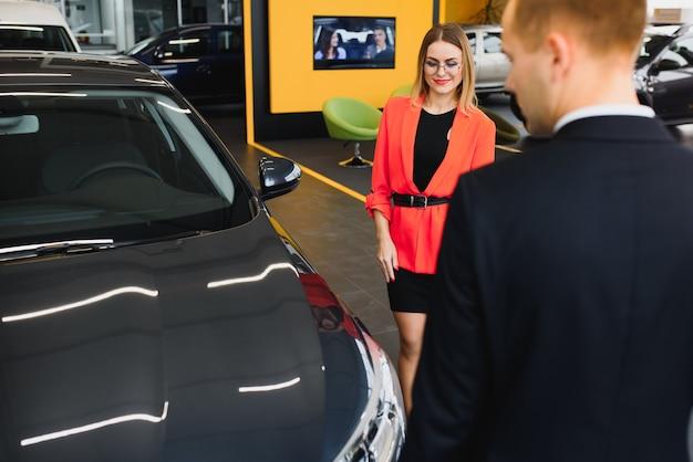 Kobieta kupuje samochód i sprzedaje sprzedającego