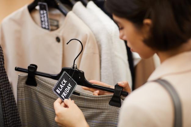 Kobieta kupuje ubrania na sprzedaż