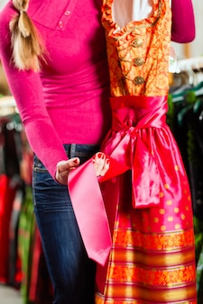 Kobieta kupuje w sklepie tracht lub dirndl