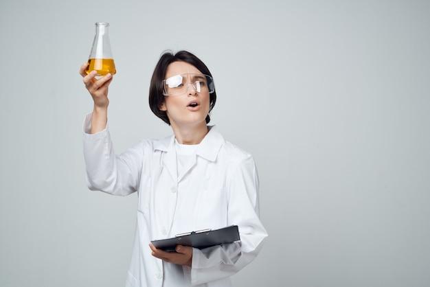 Kobieta laboratorium asystent badania analiza badania nauka. zdjęcie wysokiej jakości