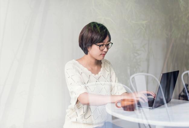 Kobieta laptop wyszukuje szukający ogólnospołecznego networking technologii pojęcie
