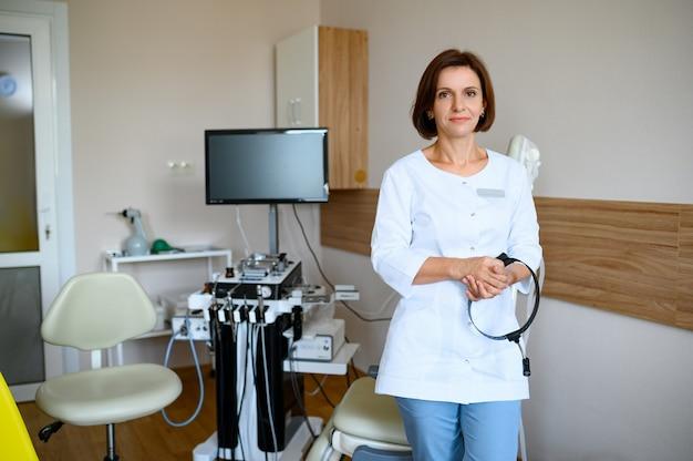Kobieta laryngolog na ent łączy się w klinice. badanie uszu i nosa, profesjonalna diagnostyka, ent-lekarz. lekarz specjalista w szpitalu, otolaryngolog