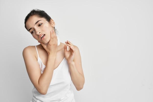 Kobieta łata na jasnym tle depresji bólu twarzy