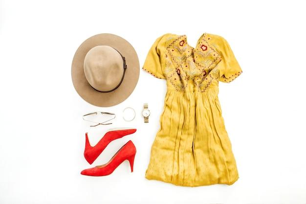 Kobieta lato moda kolorowe ubrania i akcesoria na białym tle. płaskie ułożenie