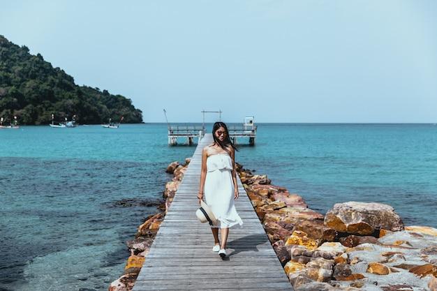 Kobieta lato relaks wakacje