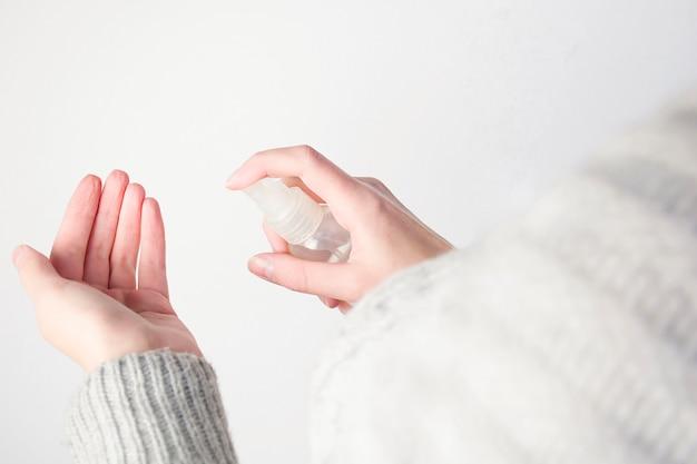 Kobieta leczy ręce środkiem dezynfekującym