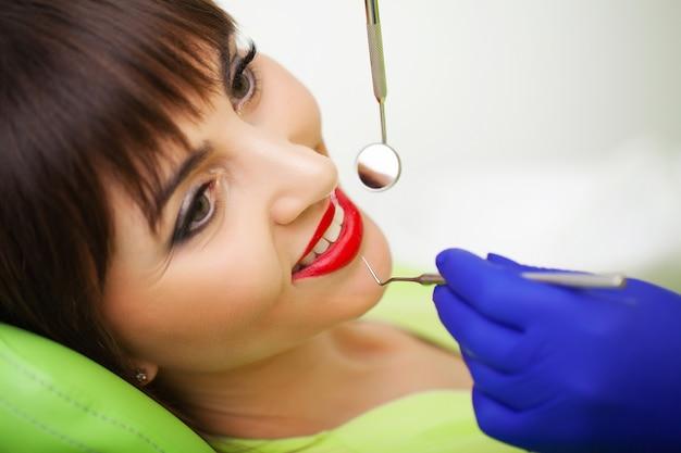 Kobieta leczy zęby w klinice stomatologicznej