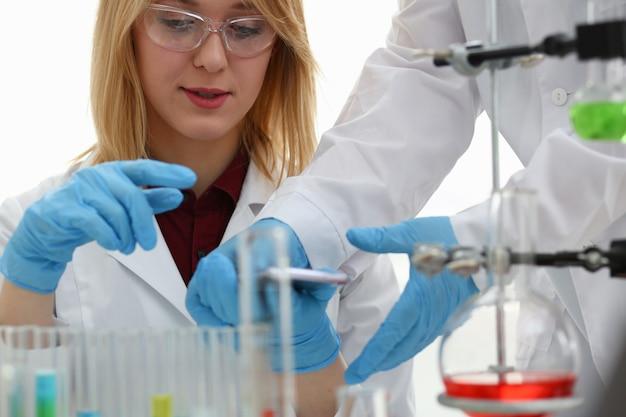 Kobieta lekarka w laboratorium chemicznym trzyma