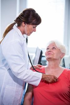 Kobieta lekarz bada pacjenta