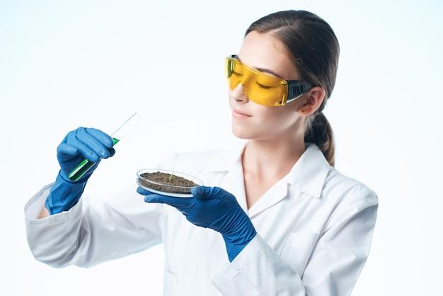 Kobieta lekarz badania biologia ekologia eksperyment na białym tle