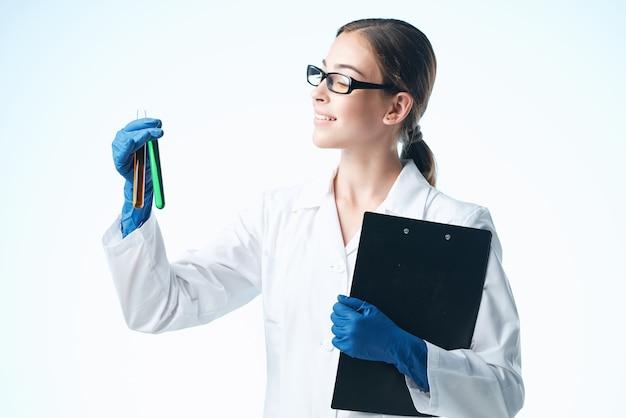 Kobieta lekarz biały fartuch badania diagnostyka biotechnologia nauka