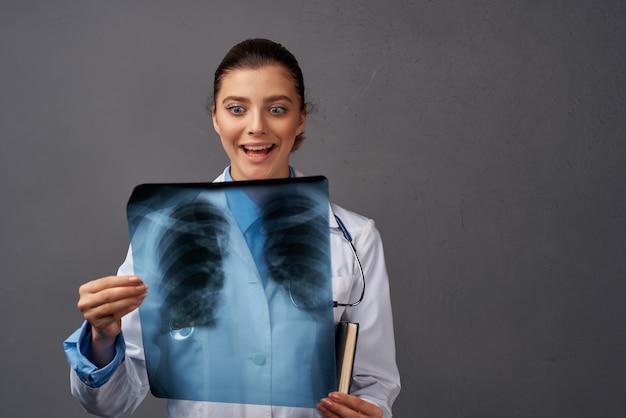 Kobieta lekarz biały płaszcz szpitala badawczego xray
