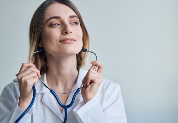 Kobieta lekarz fotoskop kardiolog specjalista zawód