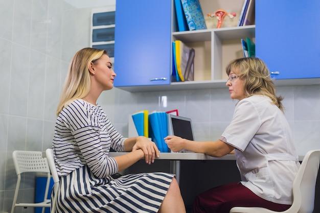 Kobieta lekarz ginekolog z pacjentem w jej biurze