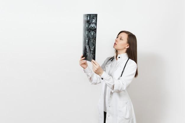 Kobieta lekarz intelektualny posiada obraz radiograficzny rentgenowski ct skanowania mri na białym tle. kobieta lekarz w medyczny stetoskop sukni. koncepcja medycyny personelu medycznego oddział radiologii