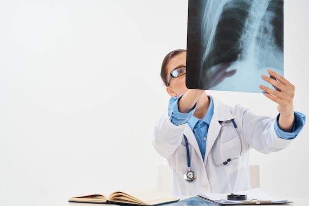 Kobieta lekarz klinika diagnostyka badania rentgenowskie