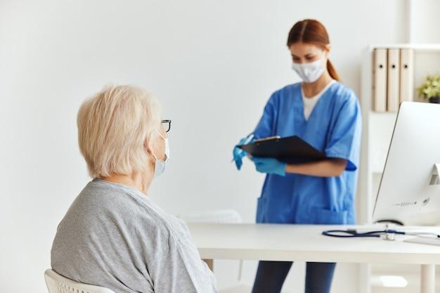 Kobieta lekarz maski medyczne egzamin