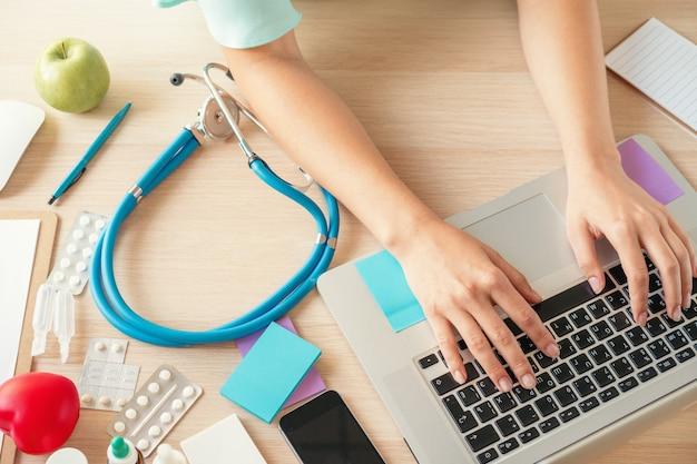 Kobieta lekarz medycyny napełniania pacjenta formularz medyczny lub recepty