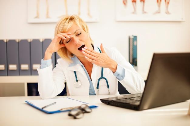 Kobieta lekarz miała bardzo wyczerpujący dzień w pracy