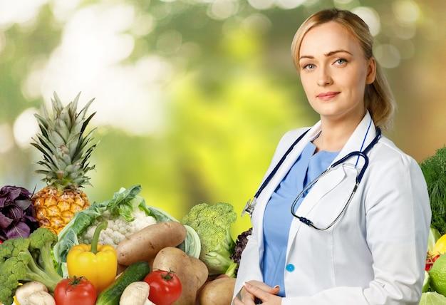 Kobieta lekarz na tle diety i opieki zdrowotnej