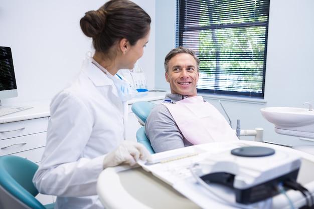 Kobieta lekarz omawia z pacjentem