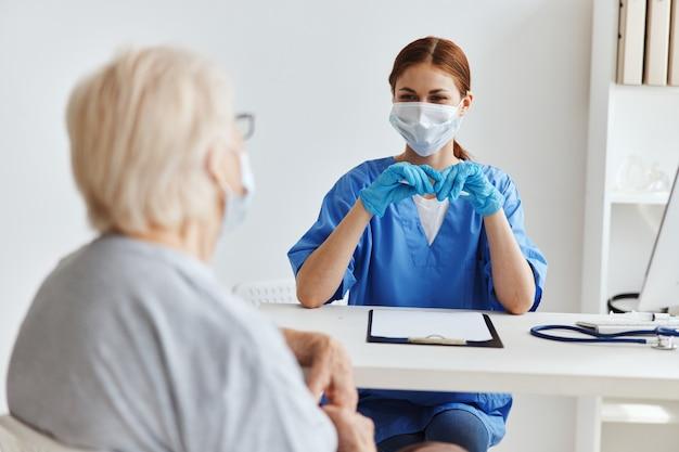 Kobieta lekarz pacjent badanie opieki zdrowotnej