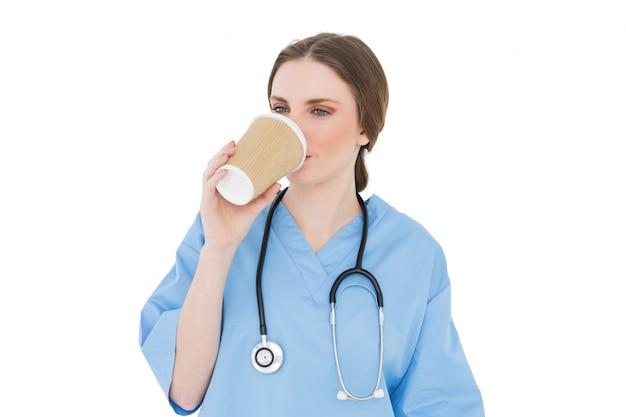 Kobieta lekarz picia kawy