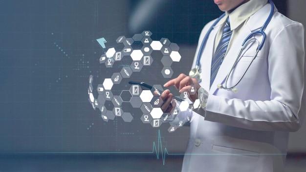 Kobieta lekarz posiadający inteligentne urządzenie z ikoną medyczną