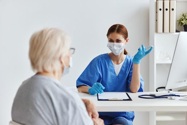 Kobieta lekarz profesjonalne badanie opieki zdrowotnej