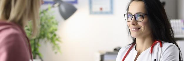 Kobieta lekarz prowadzi przyjmowanie pacjentów w gabinecie lekarskim