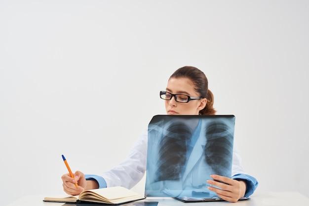 Kobieta lekarz radiolog profesjonalna praca diagnostyka rentgenowska