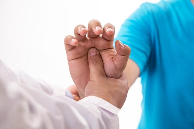 Kobieta lekarz robi masaż karku pacjentowi płci męskiej.
