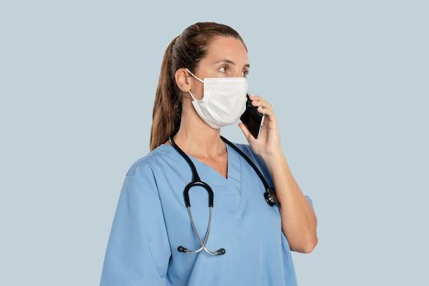 Kobieta lekarz rozmawia przez telefon