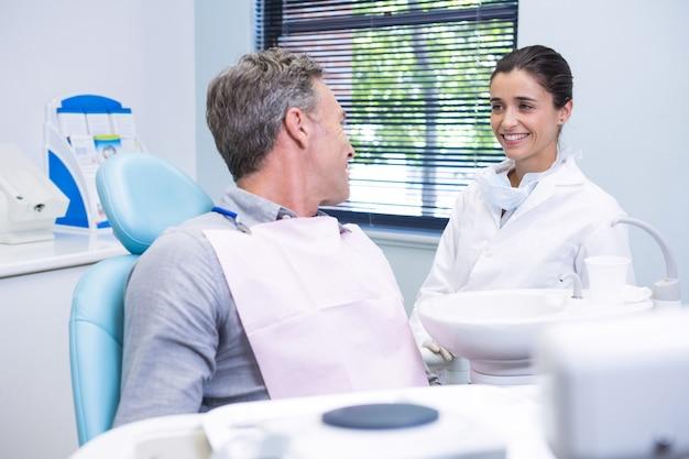 Kobieta lekarz rozmawia z pacjentem