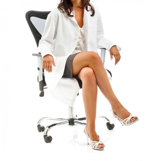 Kobieta lekarz siedzi
