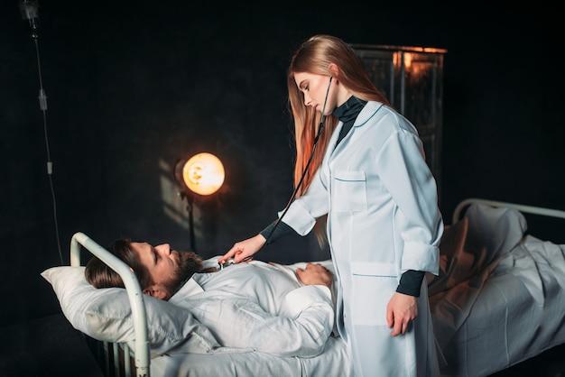 Kobieta lekarz słucha serca pacjenta