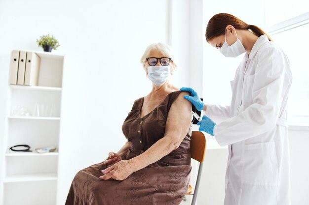 Kobieta lekarz szczepionka paszport leczenie szpitalne. zdjęcie wysokiej jakości